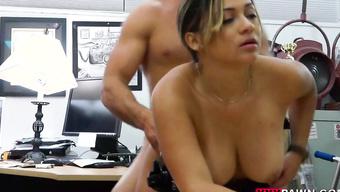 Трахает сисястую полицейскую в вагину на рабочем столе