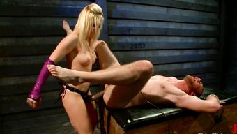 Властная блондинка в латексе страпонит анал мужика в наручниках